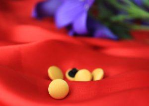 Рубашечные пуговицы из желтого атласа.